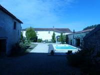 Très belle propriété charentaise sur cour fermée avec 5 chambres , nombreuses dépendances , garage , parking , piscine chauffée...