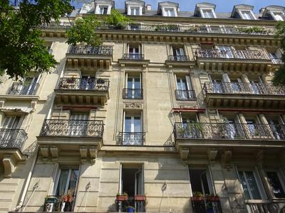 Paris 75005 - Jardin des Plantes - A large double facing East / West apartment of 76m2 with 2 bedrooms (T4), with the charm of the old, parquet point of Hungary, moldings and 3 fireplaces, on the 1st floor of a Haussmannian building with lift, caretaker and cellar close to the Rue Mouffetard and the place Monge and its market, shops and cafes.