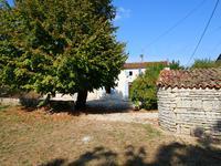 Jolie maison en pierre avec 3 chambres et jardin privé, bord de village. Bon rapport qualité prix.