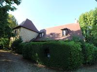 Belle propriété comprenant deux maisons en pierres, 6 chambres, deux piscines, superbe terrain et de très belles vues située dans un hameau calme dans le Périgord Noir.
