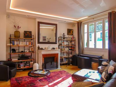 Square Charles Laurent Paris 75015 - Fully furnished 103m2 luxury Haussmannian apartment with 5 rooms, oriented southwards with 4 bedrooms, cellar, and parking, on raised ground floor in close proximity to the Eiffel Tower.