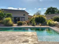 Grande maison contemporaine de 3 chambres avec grande pièce à vivre, terrasses, garage, piscine et pool house dans zone résidentielle proche de Montpon-Ménestérol