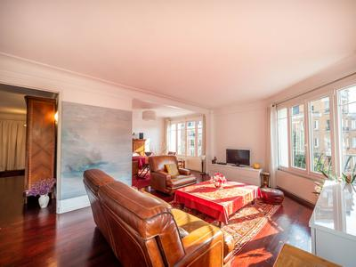 Paris 75016, on the banks of the Seine, superbly renovated 1/2 bedroom apartment, bright & no vis-a-vis for a total of 89m2, South West facing on the 5th floor of a very well looked 1950 building, close to shops, cafes and trendy terraces