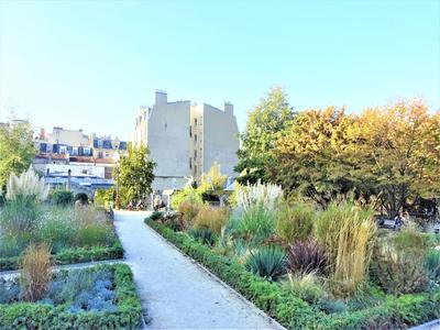 15.000€ DISCOUNT. PARIS 75018 - In the sought after Montmartre neighbourhood, stunning 2 bed 'Artist's Studio' style duplex offering 96,40 m² + 19,40 m² balcony West facing and bathed in light, on the 1st floor of a modern development walking distance from famous Sacre Cœur basilica