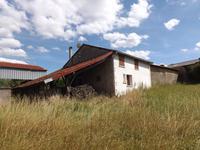 Maison de village à rénover avec 3 chambres, nombreuses dépendances, terrain, parking. Une vue imprenable sur la campagne environnante. Avec quelques travaux, cela pourrait être une très belle propriété, dans un très joli cadre. En bordure d'un hameau, à 3,5 km du bourg de St Claud, avec toutes les commodités.