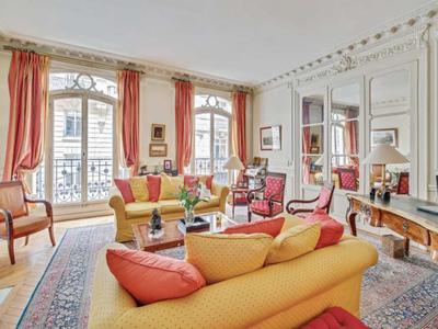 Paris 75017, 2 steps from the Champs Elysee, 4 bedroom apartment offering 199m2 in a peacedul and quiet street on the first floor of a beautiful Haussmann building with elevator situated in a vibrant neighborhood with trendy cafés and terraces