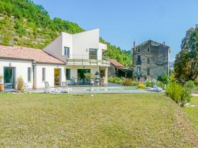 30 km north of Béziers, a magnificent 5-bedroom villa, uniting family life and modernity, with 334 m² living space, swimming pool, 7.000 m² constructable land