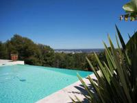 Magnifique Résidencxe Privée + Domaine de 11 510 M² + Piscine Infinité Chauffée + vues imprenables: inspirée du Château de Crouseilles, cette fabuleuse propriété a été conçue par un architecte avec les matériaux d'une qualité le plus élevée. Les installations et accessoires sont tout simplement magnifiques! Les vues panoramiques sur les Pyrénées et le château de Pau sont à couper le souffle.