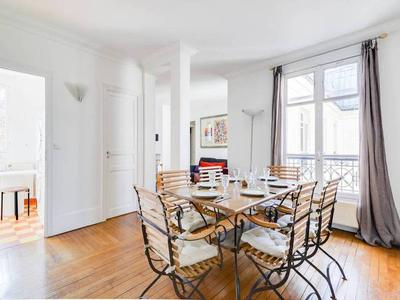 Paris 75004, Marais, renovated two-bedroom peaceful & bright 72m2 apartment on the 5th floor of well looked after 17th century building with lift in the heart of a district full of trendy shops, a few steps away from the Carnavalet & PIcasso Museums. Don't miss the 360º virtual tours and the 2D/3D plan on the Leggett Immo website.