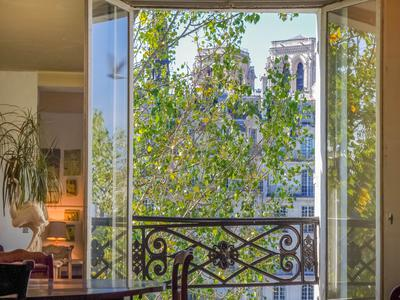 . Paris 75004 - Ile Saint Louis/ Quartier Notre Dame - T2 crossing - 69m2 - bright, quiet, views over the Seine - 3rd floor with lift. A prestigious address, in the heart of a district that lives like a village