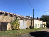 Maison de campagne tout simplement magnifique avec trois chambres, des granges énormes et plus d'un hectare de superbe jardin et bois.