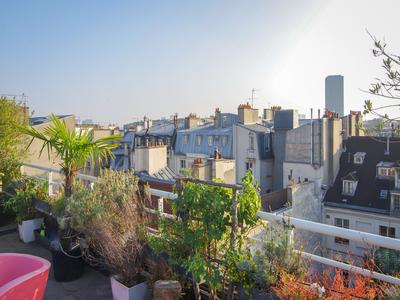 PARIS 4th, Ile Saint-Louis, 2 steps away from the Pont des Tournelles, bright 2/3 room apartment (T2) of 67m2 facing south, enjoying panoramic views with a 21m2 patio and a 30m2 roof terrace facing Notre Dame, bright, quiet on the 6th and last floor of an Art Deco building.