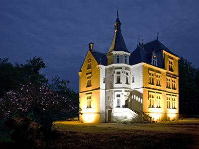 A rare opportunity to acquire this truly stunning 8 bedroomed Chateau. Set within 33Ha of private woodland with open park areas and a 2500m2 lake, the entire estate is of the highest calibre. At 45 minutes from Tours Airport, 20 minutes from the vineyards of Bourgueil, 30 minutes from Saumur and halfway between Tours and Angers it is at the heart of this most sought after area of the Loire.