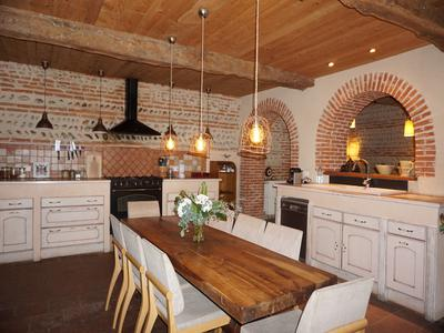 With over 1200 m2 of accommodation this property offers a character house dating back to the 17th century, a Benedictine Abbey (10th century), a beautiful architect apartment and the medieval market building built with expert craftmanship. This