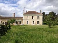 Maison de Maitre spacieuse avec beaucoup de possibilités, dans le centre du village de Landiras, proche de Sauterne et à 35km de Bordeaux.