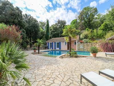 Stunning and spacious villa (313 m²) with 5 bedrooms, 4 bathrooms in quiet area on 3 900 m² garden with spectacular pool, near charming medieval village.