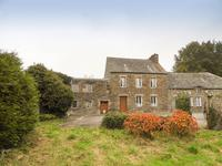 Maison du bourg en pierres à rénover,  3 chambres, dépendances, 5021m2 de terrain entre Uzel et Loudéac