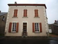 Maison de bourg avec 4 chambres à rénover et grand garage / atelier au centre de St Aignan sur Roe