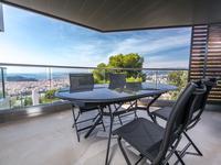 Nice, situé a Villefranche, dans une résidence d'exception, magnifique appartement de 89m2, double exposition Sud/Ouest et Nord/Est. Piscine avec vue mer and ville.