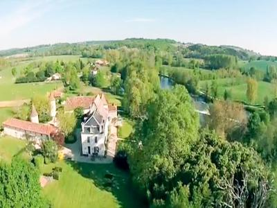 A magnificent Logis in an idyllic setting on the banks of the river Dronne in the Dordogne, with flexible accommodation which incorporates 4 properties. Renovated to a high standard and set in beautiful park.