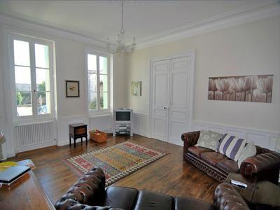 Maison de charme avec 8 chambres, 6 salles de bains, plus d'un hectare de terrain avec dépendances et piscine chauffée.