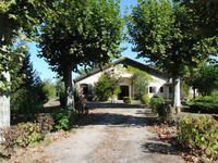 Charmante maison en pierre- 200 m² de plain-pied - dans un joli hameau au bord de la rivière - endroit calme et paisible! Travaux de rafraîchissement à prévoir.