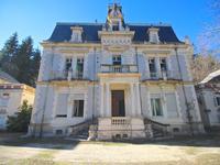 Majestueux château dans un domaine privé avec dépendances, un Chapelle et court de tennis, proche frontière espagnole