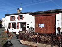 Jolie maison en pierre-deux chambres-petite cour-grange attenante-dans un hameau.