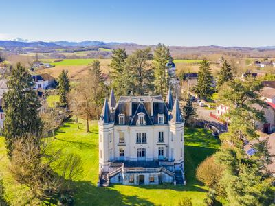 CHIC CHÂTEAU + ESTATE OF 6,158m²: absolutely ideal for creating a stunning boutique hotel, an up-market Bed and Breakfast business or a wedding and corporate events venue, this impressive château is ready for you to move into today!