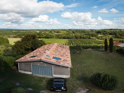 Fantastic  south tower of a magnificent XVIII century chateau with grounds and splendid views, only 19km Bergerac airport and 7Km from  Château des Vigiers and within 1h 20 into Bordeaux (85km)