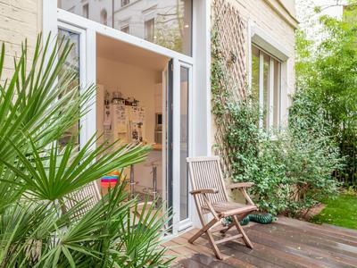 PARIS 75012, two steps away from the Opéra Bastille and the Seine, pretty 182m2 family house completely renovated and modernized offering 4 bedrooms (6 Rooms - see floor plan) with a 30m2 planted garden-terrace (see 360) ideal for an alfresco meal, at the heart of an old building in a quintessentially Parisian district that moves and reinvents itself on the edge of the Marais