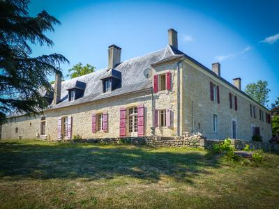 Charming stone residence with swimming pool on 28 Ha near Montignac in the Périgord Noir.