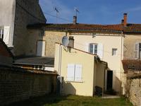 Maison de village avec grand garage, jardin, 3 chambres, à deux pas du centre de Chef Boutonne ou tout peut se faire à pied.