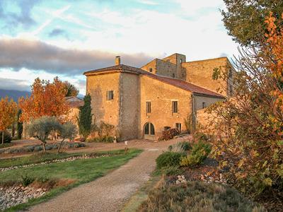 Luberon hamlet with a Country farmhouse + 3 houses  Size 830 m² Land 26 ha
