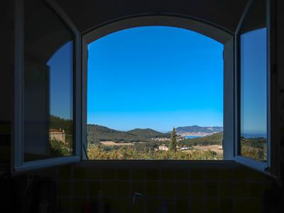 Wonderful villa with views of vineyards and the most beautiful bay in the world. The villa comes with an independent apartment.