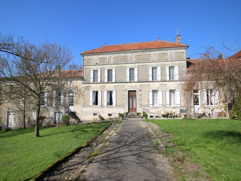 Maison A Vendre En Poitou Charentes Charente Maritime Merignac Tres Beau Manoir Avec Gite Independant 4 Dependances Ruisseau Sur Terrain De 2ha Bordeaux A 45mn Et 7mn De Baignes
