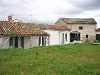 Charmante maison en pierres, parfaitement rénovée, avec jardin et parking privatif, située  sur la commune de RUELLE, proche de toutes ses commodités.
