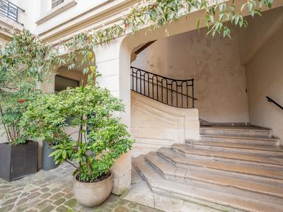 Paris 75004 - Ile Saint Louis - Superb 2/3 bedroom renovated corner apartment offering 142m2 (5 rooms), bright with several bay windows on the South & West side, 2nd floor of an attractive historical building located at the heart of this privileged district with its village atmosphere, ideal place for a walk in any season (see 360 and floor plan)