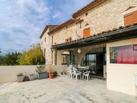 Maison de village en pierre du 17ème siècle partiellement rénovée en 2015 avec garage, 3 terrasses privées avec vue sur la campagne dans un charmant village médiéval.