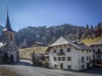 Saint-Jean d'Aulps. Superbe maison de village de tradition savoyarde avec 5 chambres. Vues sur la montagne et à seulement 1 km des bars et restaurants dans le centre du village.
