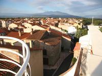 Maison de ville avec 3 chambres, grande terrasse, garage et vue montagne.
