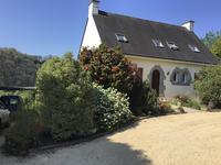Superbe maison néo bretonne de 4 chambres à coucher, moderne et indépendante avec environ 4Ha de terrain, plus un gîte de 3 chambres à coucher, situé au bord de la rivière Blavet dans un cadre champêtre près de St Nicolas des Eaux.