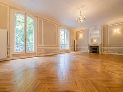 Paris XVI - Luxurious 2 bedroom apartment near Porte Maillot in a Haussmannian building. 116 sqm