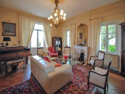 Elegant MAISON DE MAITRE with its outbuildings and covered swimming pool, on priviliged riverside location with beautiful view, at 5 min centre LIBOURNE with TGV trainstation! Close to SAINT-EMILION!