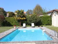 Maison traditionnelle en parfait état dans un environnement calme, avec piscine.