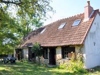 En campagne, dans un petit hameau, très belle construction ancienne en pierre  2 chambres, un grand jardin privé 1876m².