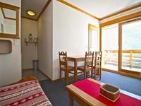 Appartement T2 avec coin montagne. Couchages pour six personnes, proche de toutes commodités et l'escalator menant au Téléphérique pour l'Alpe d'Huez. Très belle vue. Vaujany, Alpe d'Huez Grand Rousses domaine.