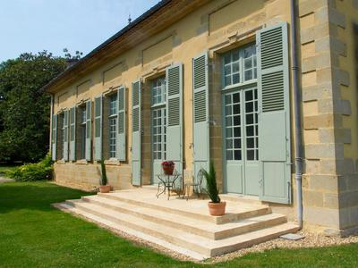 A striking Bordelaise hillside chateau overlooking the Lot valley and Canal du Midi, with excellent connections to Bordeaux and Bergerac airports, with the TGV connection to Paris and beyond, only 10 mins