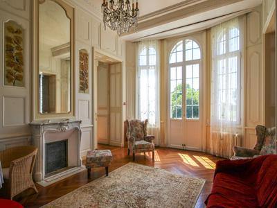 Magnifique Château dans un grand parc splendide de plus de 50 hectares, proche de la côte.
