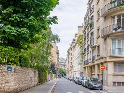 75016 close to the Champs-Elysees, apartment partly renovated in 2018 (see 360, video and map) offering 3 Bed (5 rooms | 4bed/office possible), SW & NE facing, bright and peaceful 132m2 situated on the 1st floor with no vis-à-vis of a 1930 building with elevator and caretaker, a short walk to the Paris convention center and Arc de Triomphe